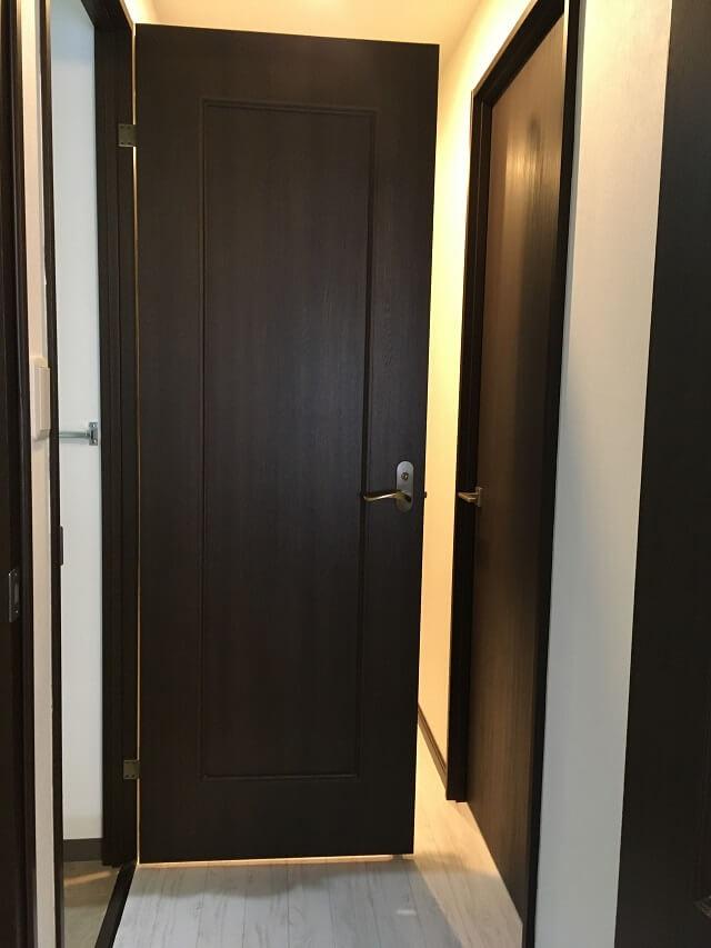 洗面所のドアを90度に開いた状態