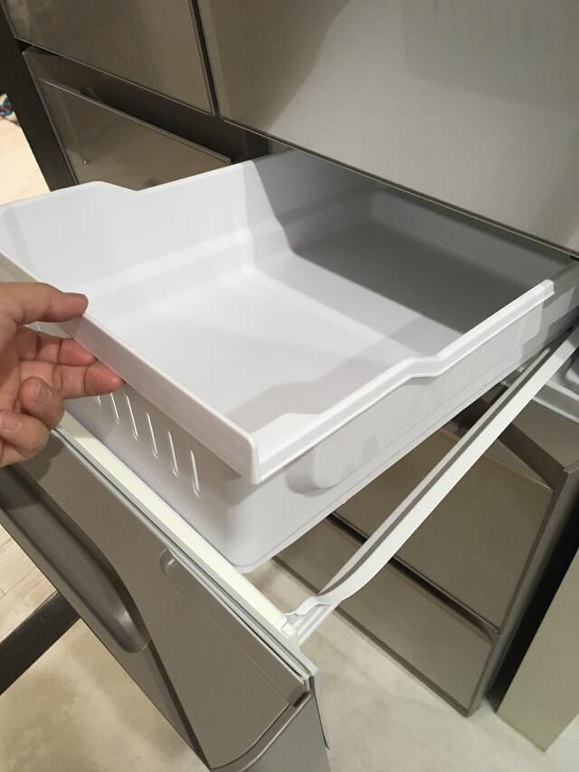 冷凍室上段のケースを外す