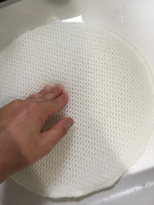 加湿フィルターを押し洗い