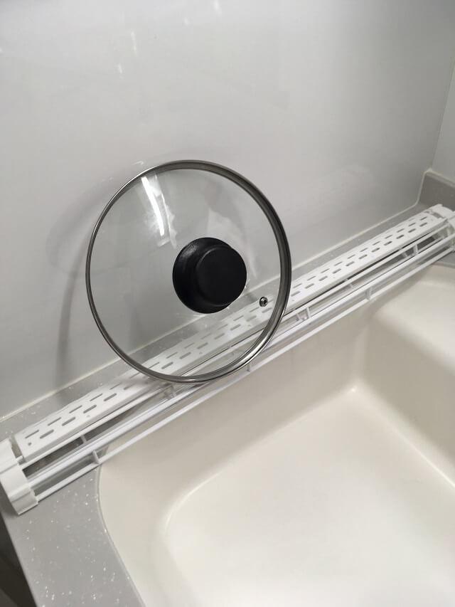 タワー水切りでなべのふたを乾かす