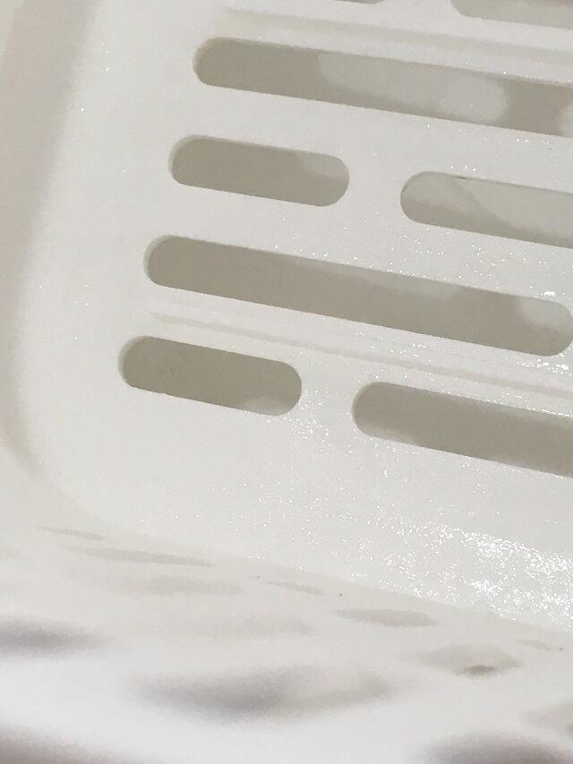 水切りかごの赤かびを除去
